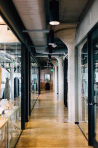 vue d'un couloir avec des cloisons vitrées de part et d'autre