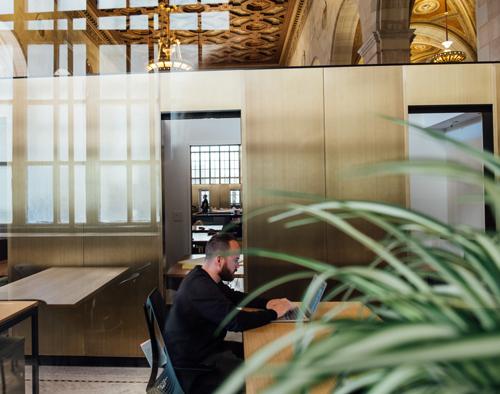 Grand bureaux aménagés grâce à des cloisons modulaires