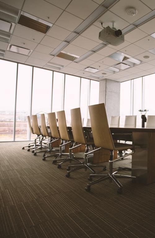 une salle de réunion avec un faux plafond neuf