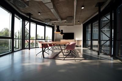 salle de réunion très lumineuse